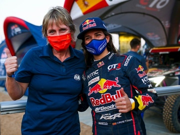 Cristina Gutiérrez, a la derecha, junto a Jutta Kleinschmidt, ganadora del Dakar