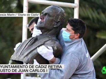 El Ayuntamiento de Cádiz retira un busto de Juan Carlos I y lo traslada a un depósito municipal