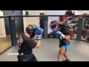 Mike Tyson se entrena en una jaula de MMA