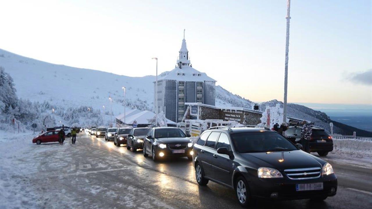Vehículos a la espera de poder acceder al puerto de Navacerrada