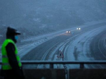 Vista de la carretera A52, a la altura de la Canda, cubierta por la nieve y donde la circulación es muy reducida