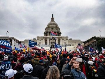 Manifestantes trumpistas rodean y asaltan el Capitolio de Estados Unidos