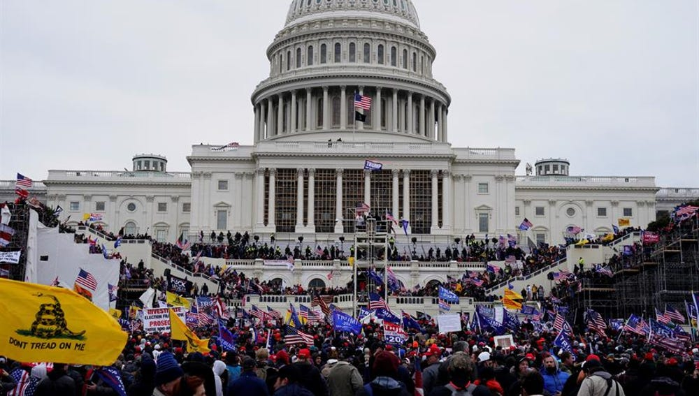 Seguidores de Donald Trump asaltan el Capitolio en contra de la victoria de Joe Biden.