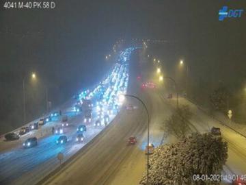 La nieve de 'Filomena' complica la circulación en Madrid con varios coches bloqueados en la M-40