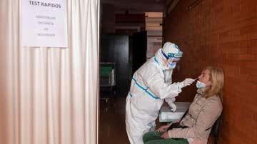 Una enfermera realiza una PCR a una a mujer