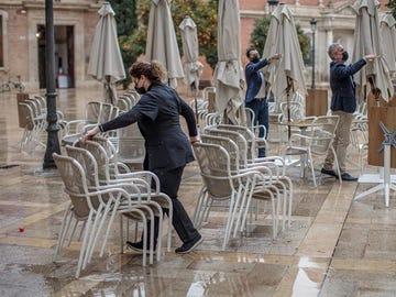 Trabajadores de un restaurante valenciano recogen la terraza de su establecimiento