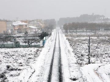 Una vía de tren cubierta por la nieve