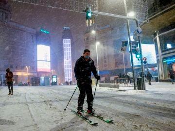 Un hombre esquía por el centro de Madrid durante la borrasca Filomena