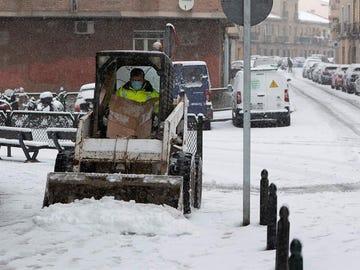 La nieve ya ha cuajado en Zaragoza