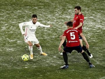 Hazard, ante dos jugadores de Osasuna