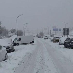 Un joven atrapado con su vehículo en la M40 por la nieve