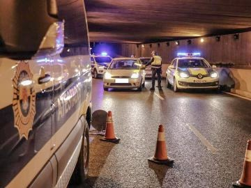 Control policial anoche en la avenida de Dénia