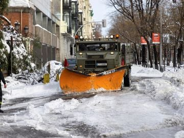 La UME trabajando para retirar la nieve en Madrid