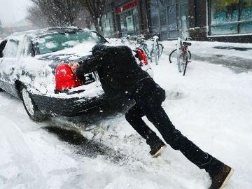 Errores que debes evitar al arrancar tu coche por la nevada para evitar dañarlo
