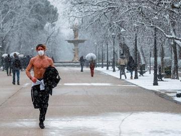¿Cómo caminar sobre la nieve helada?