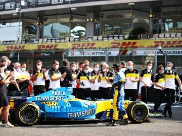 Fernando Alonso, junto al R25.