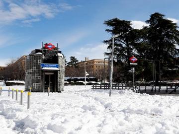 Vista de la salida de metro de Ciudad Universitaria cubierta de nieve este lunes