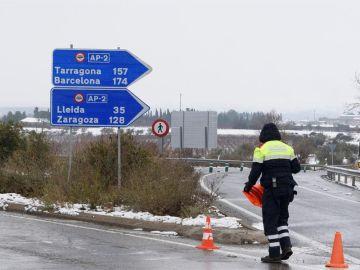 Controles de carretera por las nevadas en la localidad de Alfes, Lleida