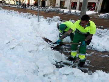 Limpieza de calles por la nieve en Madrid