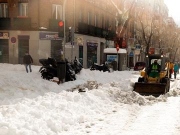 Un quitanieves despeja una calle de nieve en la zona de Cuatro Caminos en Madrid