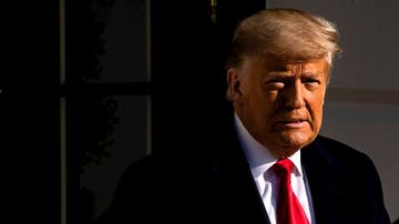 El presidente de Estados Unidos, Donald J. Trump, sale de la Casa Blanca para visitar el muro fronterizo entre Estados Unidos y México en Alamo, Texas, este 12 de enero de 2021
