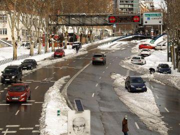Coches circulando y otros en las cunetas en Madrid