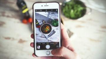 Una persona fotografía la receta que acaba de hacer con su móvil
