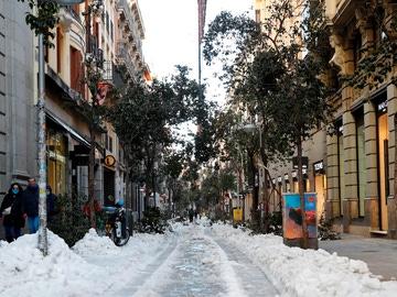 Vista de la nieve en las aceras de la calle Fuencarral este martes en Madrid