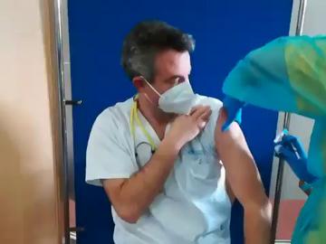 """El doctor Carballo muestra su vacunación y pide ir más rápido: """"Os animo a todos a hacerlo"""""""