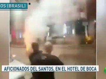 De locos: ultras del Santos tiran cohetes en el hotel de Boca Juniors en mitad de la noche
