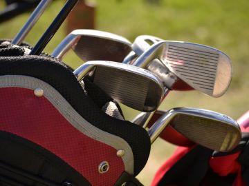 Imagen de archivo de palos de golf.