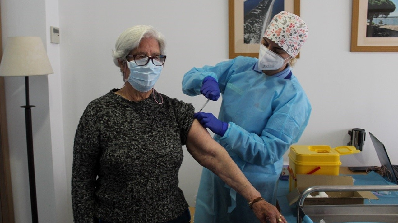 Una residente del centro de mayores de Cartaya recibe la segunda dosis de la vacuna contra el Covid-19