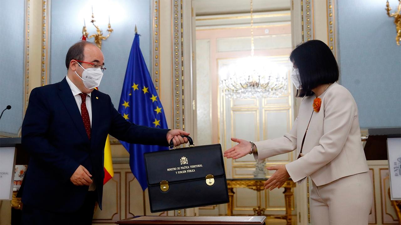 Miquel Iceta recibe de la mano de Carolina Darias la cartera de Política Territorial