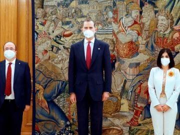 El rey FelipeVI posa junto a los nuevos ministros de Sanidad, Carolina Darias, y de Política Territorial y Función Pública, Miquel Iceta