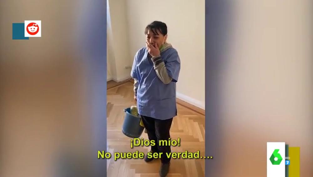 El emotivo regalo de una comunidad de vecinos a la mujer que limpia el edificio
