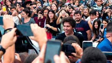 Rubén Doblas, Rubius, firmando autógrafos a sus jóvenes fans en una imagen de archivo.