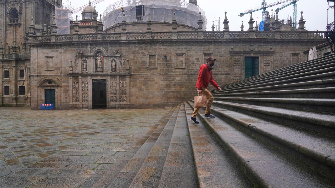 Una persona sube las escaleras de la plaza Quintana, en Santiago de Compostela