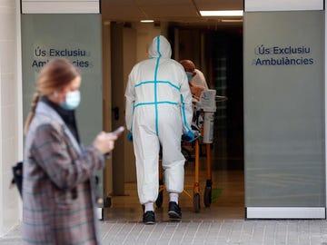Un sanitario traslada a un paciente en el Hospital Clínico de Valencia