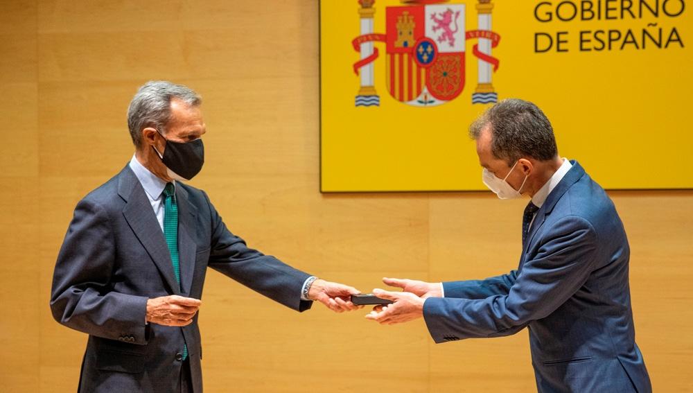 El ministro de Ciencia e Innovación, Pedro Duque, durante el acto en el que el consejero delegado de Atresmedia, Silvio González (i), le hace entrega de las 900.000 firmas recogidas a favor de que se asigne el 2 % del PIB a ciencia e innovación