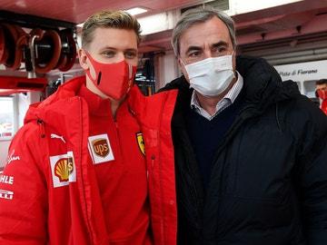 Mick Schumacher junto a Carlos Sainz