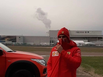 Carlos Sainz saluda a los 'tifosi' en Fiorano