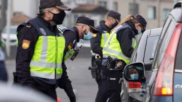 Dos acusados de golpear a policías por obligarles a usar mascarillas en Oviedo aceptan penas de prisión y multas.