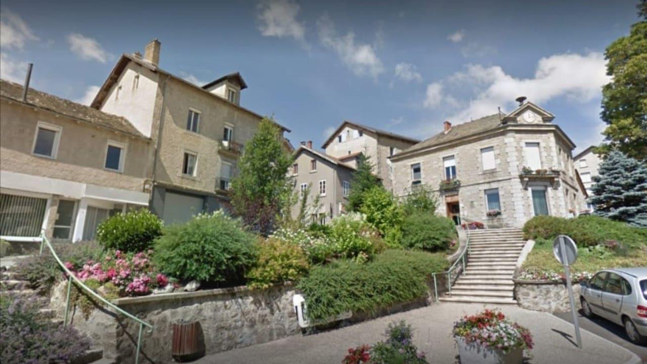 Vista del pueblo francés Chambon sur Lignon