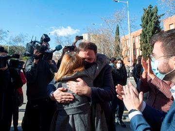 La expresidenta del Parlament, Carme Forcadell, se abraza con Oriol Junqueras ante la presencia del candidato de ERC a la Generalitat, Pere Aragonés