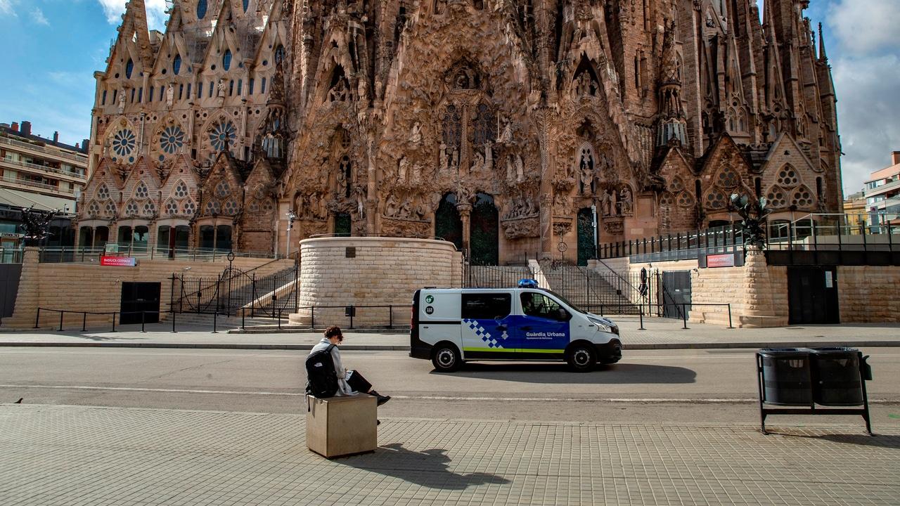 Una mujer sentada ante la Sagrada Familia de Barcelona