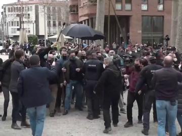 """Intentan agredir a Santiago Abascal durante un acto electoral en Girona: """"Si pudiesen, darían tiros"""""""