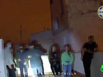 Imagen de jóvenes celebrando una fiesta ilegal en Sevilla
