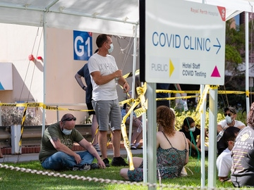 Imagen de personas en Perth esperando para realizarse una prueba de detección del coronavirus