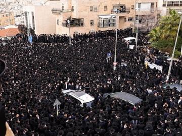 Miles de ultraortodoxos en el funeral de un rabino en Jerusalén