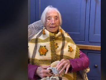 Amy Hawkins canta en su 110 cumpleaños en un vídeo de Tik Tok